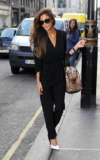 Wie kombinieren: schwarzer Jumpsuit, weiße Leder Pumps, braune Leder Reisetasche mit Leopardenmuster, schwarze Sonnenbrille
