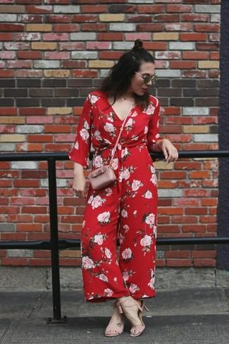 Wie kombinieren: roter Jumpsuit mit Blumenmuster, rosa Leder Sandaletten, rosa Leder Umhängetasche, schwarze Sonnenbrille