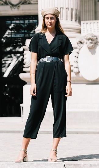 Wie kombinieren: dunkelgrüner Jumpsuit, silberne Leder Sandaletten, hellbeige Barett, schwarzer Leder Taillengürtel