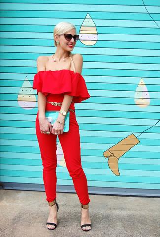 Damen Outfits & Modetrends 2020: Wahlen Sie einen roten Jumpsuit, um einen stilvollen Freizeit-Look zu schaffen. Dieses Outfit passt hervorragend zusammen mit schwarzen und goldenen Leder Sandaletten.