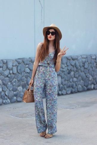 Damen Outfits 2020: Wahlen Sie einen hellblauen bedruckten Jumpsuit, um einen hübschen Freizeit-Look zu erzielen. Beige Leder Sandaletten fügen sich nahtlos in einer Vielzahl von Outfits ein.