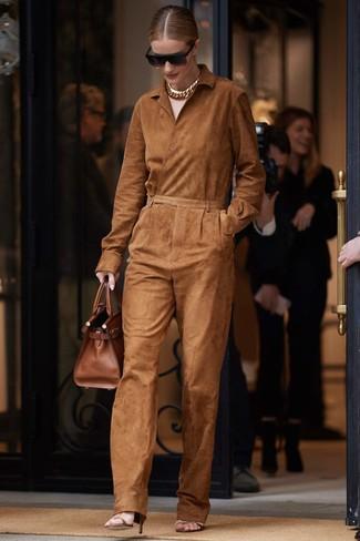 Wie kombinieren: rotbrauner Jumpsuit aus Wildleder, braune Leder Sandaletten, braune Shopper Tasche aus Leder, schwarze Sonnenbrille