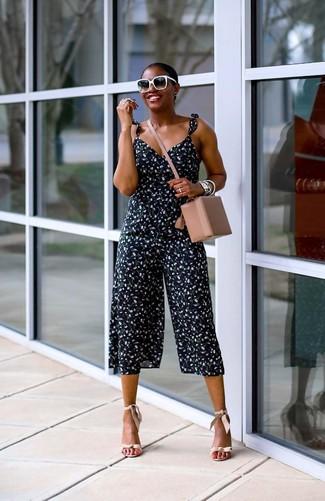 Wie kombinieren: dunkelblauer Jumpsuit mit Blumenmuster, hellbeige Leder Sandaletten, hellbeige Leder Umhängetasche, schwarze und weiße Sonnenbrille