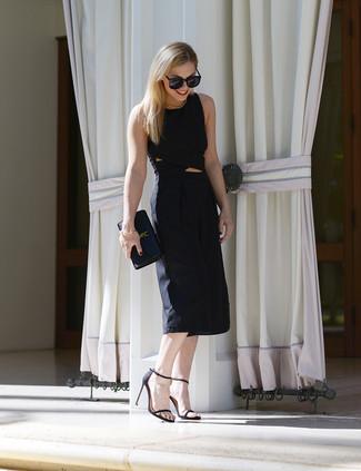 Wie kombinieren: schwarzer Jumpsuit mit Ausschnitten, schwarze Leder Sandaletten, schwarze Leder Clutch, schwarze Sonnenbrille