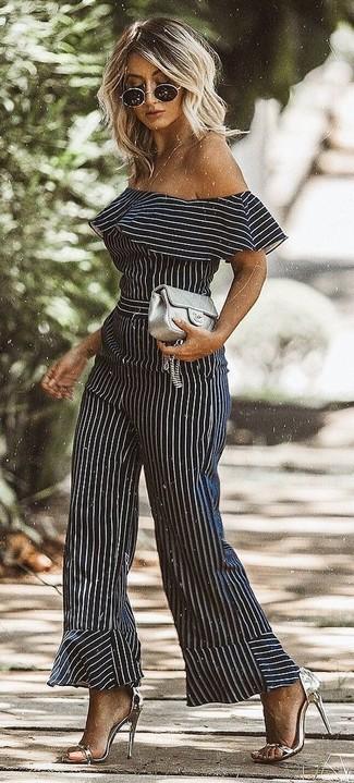 Wie kombinieren: schwarzer und weißer vertikal gestreifter Jumpsuit, silberne Leder Sandaletten, graue gesteppte Leder Clutch, schwarze Sonnenbrille