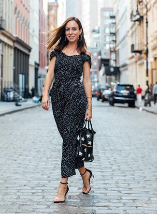 Silberne Ohrringe kombinieren: trends 2020: Probieren Sie diese Kombination aus einem schwarzen und weißen gepunkteten Jumpsuit und silbernen Ohrringen, um einen super lässigen Look zu erreichen. Transparente Gummi Sandaletten fügen sich nahtlos in einer Vielzahl von Outfits ein.