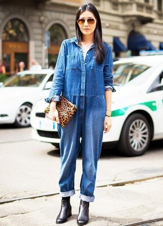 Wie kombinieren: blauer Jumpsuit aus Jeans, schwarze Leder Stiefeletten, rotbraune Leder Clutch mit Leopardenmuster, schwarze Socke