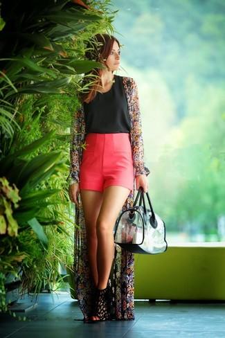 Wie kombinieren: schwarzer Kimono mit Blumenmuster, schwarzes ärmelloses Oberteil, fuchsia Shorts, schwarze Wildleder Sandaletten
