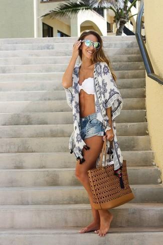 Wie kombinieren: weißer bedruckter Kimono, weißes Bikinioberteil, blaue Jeansshorts, rotbraune Shopper Tasche aus Leder