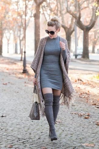 Wie kombinieren: brauner Kimono, graues figurbetontes Kleid, graue Overknee Stiefel aus Wildleder, graue Shopper Tasche aus Leder mit Schlangenmuster