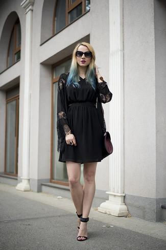 Vereinigen Sie ein Schwarzes Cocktailkleid mit einem Schwarzen Tüll Cocktailkleid für ein Alltagsoutfit, das Charakter und Persönlichkeit ausstrahlt. Setzen Sie bei den Schuhen auf die klassische Variante mit Schwarzen Wildleder Sandaletten.