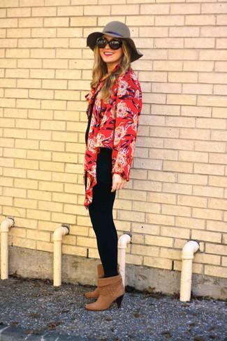 Rote Strickjacke kombinieren – 65 Damen Outfits: Diese Paarung aus einer roten Strickjacke und schwarzen Leggings bietet die gelungene Balance zwischen geradlinigem Tomboy-Look und modernem Charme. Braune Wildleder Stiefeletten sind eine kluge Wahl, um dieses Outfit zu vervollständigen.