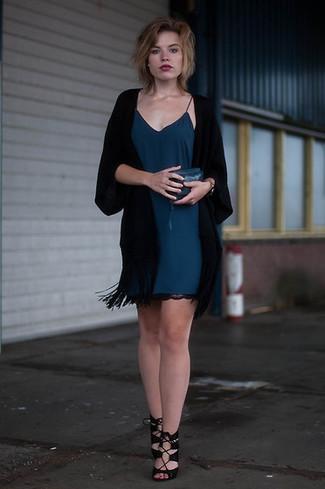 Damen Outfits & Modetrends: Entscheiden Sie sich für einen schwarzen Kimono und ein dunkeltürkises Camisole-Kleid für einen bequemen Look, das außerdem gut zusammen passt. Komplettieren Sie Ihr Outfit mit schwarzen Wildleder Sandaletten.