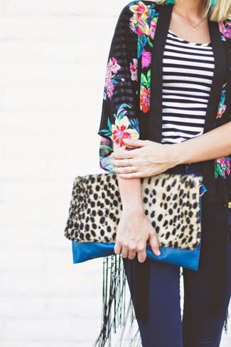 Schwarzer Kimono mit Blumenmuster, Schwarzes und weißes horizontal gestreiftes T-Shirt mit Rundhalsausschnitt, Dunkelblaue Enge Jeans, Beige Wildleder Clutch mit Leopardenmuster für Damen