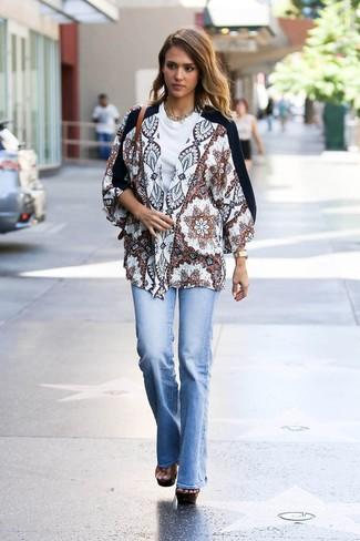 Wie kombinieren: weißer bedruckter Kimono, weißes T-Shirt mit einem Rundhalsausschnitt, hellblaue Schlagjeans, braune klobige Leder Sandaletten