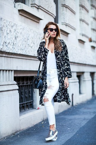 Wie kombinieren: schwarzer und weißer Kimono mit Blumenmuster, weißes T-Shirt mit einem V-Ausschnitt, weiße enge Jeans mit Destroyed-Effekten, weiße enge Jeans