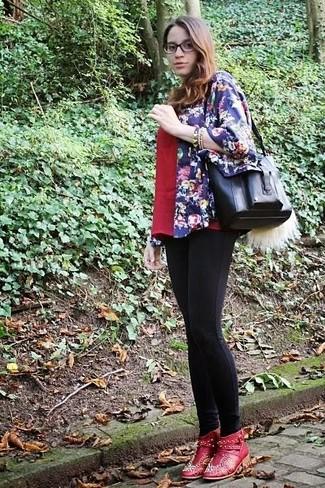 Wie kombinieren: dunkelblauer Kimono mit Blumenmuster, rotes T-Shirt mit einem V-Ausschnitt, schwarze Leggings, rote verzierte Leder Stiefeletten
