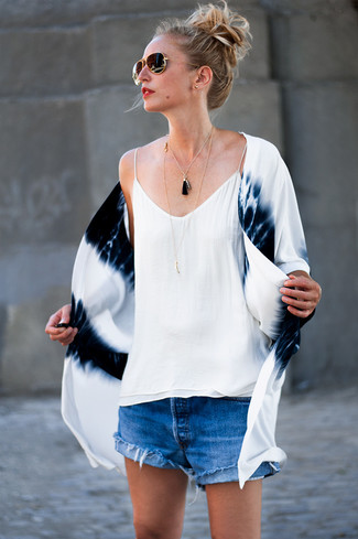 Wie kombinieren: weißer und dunkelblauer Mit Batikmuster Kimono, weißes Seide Trägershirt, blaue Jeansshorts, schwarze und goldene Sonnenbrille