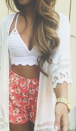 Diese Kombination aus einem weißen Kimono und roten Shorts mit Blumenmuster fällt genau aus den richtigen Gründen auf.