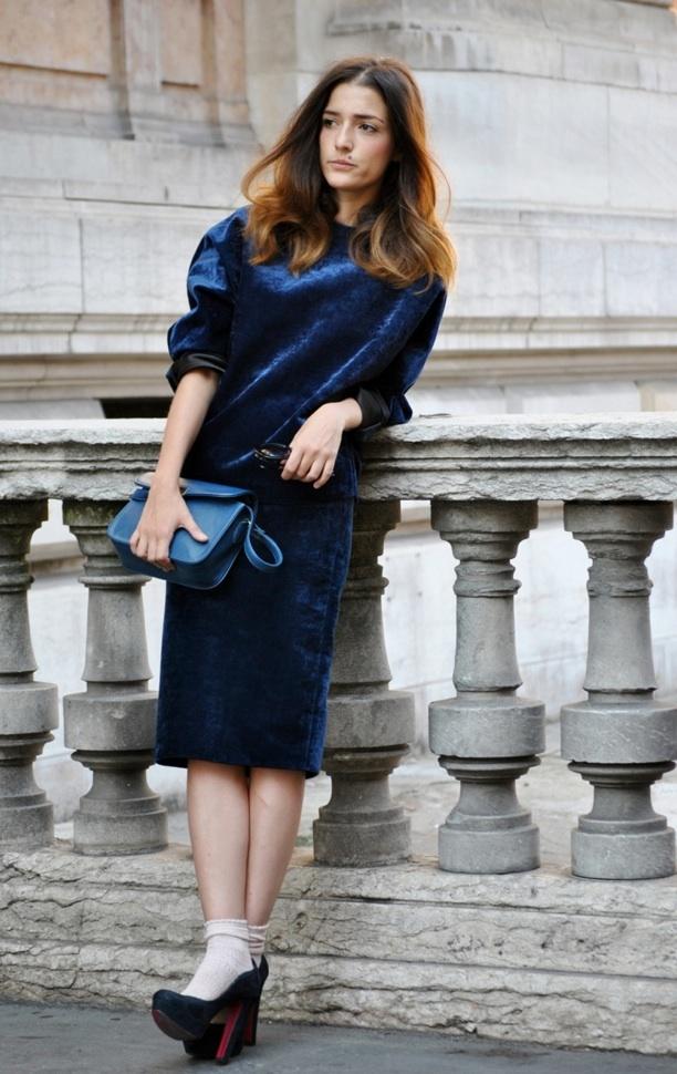 Blaues kleid und blaue strumpfhose