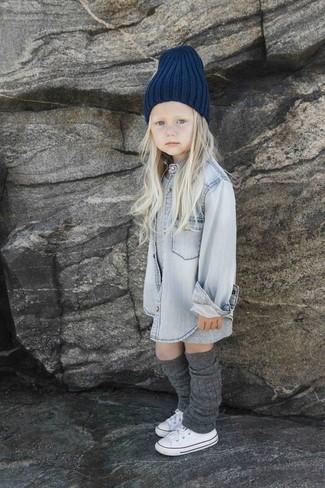 Wie kombinieren: graues Kleid, graues Jeans Businesshemd, weiße Turnschuhe, dunkelblaue Mütze