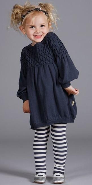 Wie kombinieren: dunkelblaues Kleid, silberne Ballerinas, schwarzes Haarband, dunkelblaue Strumpfhose