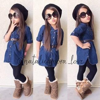 Wie kombinieren: dunkelblaues Jeanskleid, beige Ugg Stiefel, schwarze Mütze, schwarze Strumpfhose