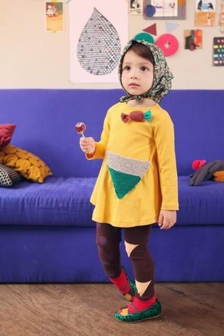 Wie kombinieren: gelbes Kleid, braune Leggings, grüne Ballerinas, rote Socke