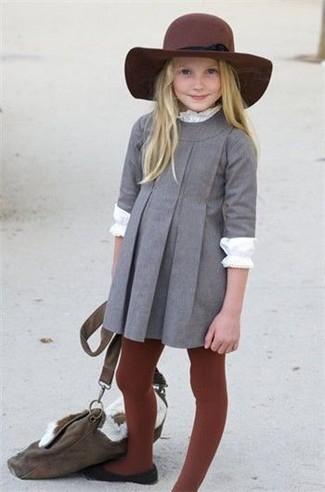 Wie kombinieren: graues Kleid, weißes Langarmshirt, schwarze Ballerinas, dunkelroter Hut