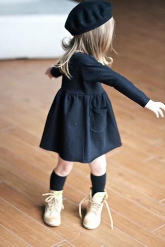 Wie kombinieren: schwarzes Kleid, beige Stiefel, schwarzes Barett, schwarze Socke