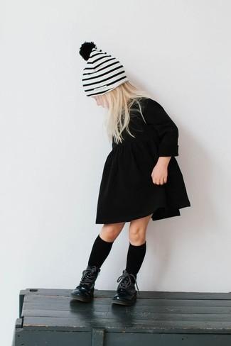 Wie kombinieren: schwarzes Kleid, schwarze Stiefel, weiße horizontal gestreifte Mütze, schwarze Socke