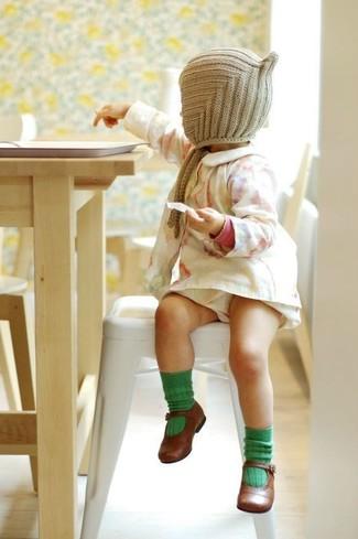 Wie kombinieren: weißes Kleid, braune Ballerinas, hellbeige Mütze, grüne Socke