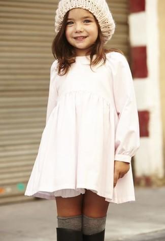 Wie kombinieren: weißes Kleid, schwarze Gummistiefel, hellbeige Mütze, graue Socke