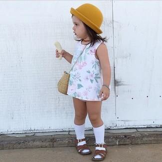 Wie kombinieren: weißes Kleid mit Blumenmuster, dunkelbraune Sandalen, senf Hut, weiße Socke