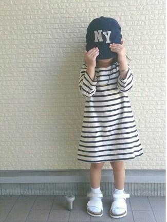 Wie kombinieren: weißes und schwarzes horizontal gestreiftes Kleid, weiße Sandalen, dunkelblaue Baseballkappe, weiße Socke