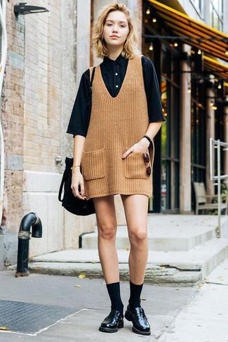 Wie kombinieren: beige Strick Kleiderrock, schwarzes Jeans Kurzarmhemd, schwarze Leder Slipper, schwarze Wildleder Beuteltasche