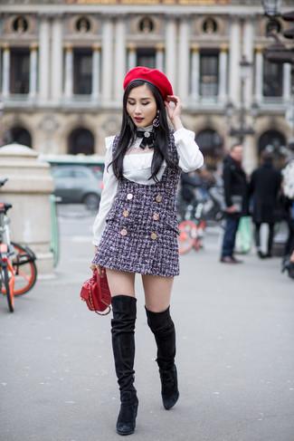 Damen Outfits 2020: Probieren Sie diese Kombi aus einem dunkelblauen Tweed Kleiderrock und einer weißen Langarmbluse für einen modischen Alltags-Look. Fühlen Sie sich mutig? Vervollständigen Sie Ihr Outfit mit schwarzen Overknee Stiefeln aus Wildleder.