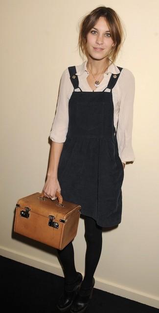 Smart-Casual Outfits Damen 2020: Aktuelle Versionen eines schwarzen Kleiderrockes und einer hellbeige Langarmbluse geben Ihnen die Möglichkeit, Ihren Alltags-Look immer wieder neu zu definieren. Dieses Outfit passt hervorragend zusammen mit schwarzen Leder Pumps mit Ausschnitten.