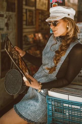 grauer Tweed Kleiderrock, schwarzes Langarmshirt aus Netzstoff, schwarze Shopper Tasche aus Stroh, weiße Schiebermütze für Damen
