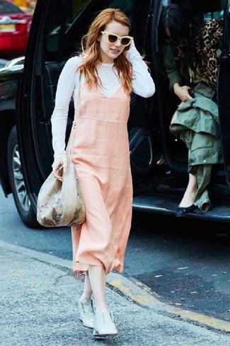 Wie kombinieren: rosa Kleiderrock, weißes Langarmshirt, graue Leder Stiefeletten, hellbeige Beuteltasche mit Blumenmuster