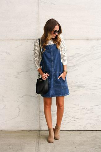 Wie kombinieren: dunkelblauer Jeans Kleiderrock, weißes und schwarzes horizontal gestreiftes Langarmshirt, beige Wildleder Stiefeletten, schwarze Leder Umhängetasche
