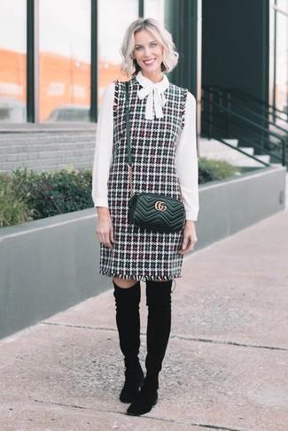 Damen Outfits 2020: Probieren Sie die Paarung aus einem mehrfarbigen Tweed Kleiderrock und einer weißen Langarmbluse, um einen zeitgenössischen Alltags-Look zu erhalten. Schwarze Overknee Stiefel aus Wildleder bringen Eleganz zu einem ansonsten schlichten Look.
