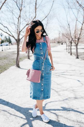 Wie kombinieren: blauer Jeans Kleiderrock, rosa T-Shirt mit einem Rundhalsausschnitt, weiße Segeltuch niedrige Sneakers, rosa Leder Umhängetasche
