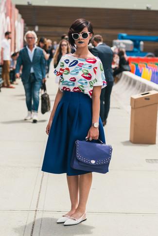 Mode für Damen ab 20 2020: Eine weiße bedruckte Kurzarmbluse und ein dunkelblauer ausgestellter Rock sind absolut Freizeit-Basics und können mit einer Vielzahl von Stücken kombiniert werden. Fühlen Sie sich mutig? Ergänzen Sie Ihr Outfit mit weißen Leder Ballerinas.