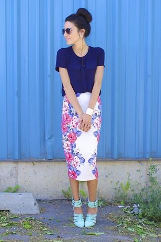 Arbeitsreiche Tage verlangen nach einem einfachen, aber dennoch stylischen Outfit, wie zum Beispiel eine dunkelblaue Kurzarmbluse und ein weißer Bleistiftrock mit Blumenmuster. Dieses Outfit passt hervorragend zusammen mit grünen Leder Pumps.