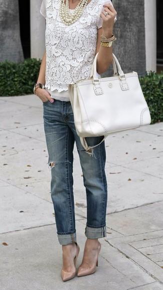 Wie kombinieren: weiße Kurzarmbluse aus Spitze, dunkelblaue Boyfriend Jeans mit Destroyed-Effekten, hellbeige Leder Pumps, weiße Shopper Tasche aus Leder