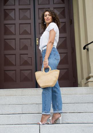 Wie kombinieren: weiße Kurzarmbluse aus Spitze, blaue Boyfriend Jeans, weiße Leder Sandaletten, weißer geflochtener Ledergürtel