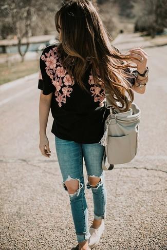 Wie kombinieren: schwarze bestickte Kurzarmbluse, blaue enge Jeans mit Destroyed-Effekten, hellbeige Slip-On Sneakers aus Segeltuch, graue Shopper Tasche aus Leder