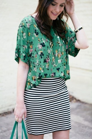 Wie kombinieren: grüne Kurzarmbluse mit Blumenmuster, weißer und schwarzer horizontal gestreifter Minirock, grüne Shopper Tasche aus Leder, weißes und schwarzes Armband