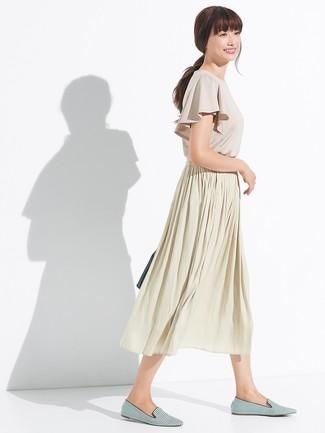 Smart-Casual Outfits Damen 2020: Paaren Sie eine hellbeige Kurzarmbluse mit Rüschen mit einem hellbeige Falten Midirock, um ein stylisches Casual-Outfit zu erreichen. Ergänzen Sie Ihr Outfit mit grünen horizontal gestreiften Segeltuch Slippern, um Ihr Modebewusstsein zu zeigen.